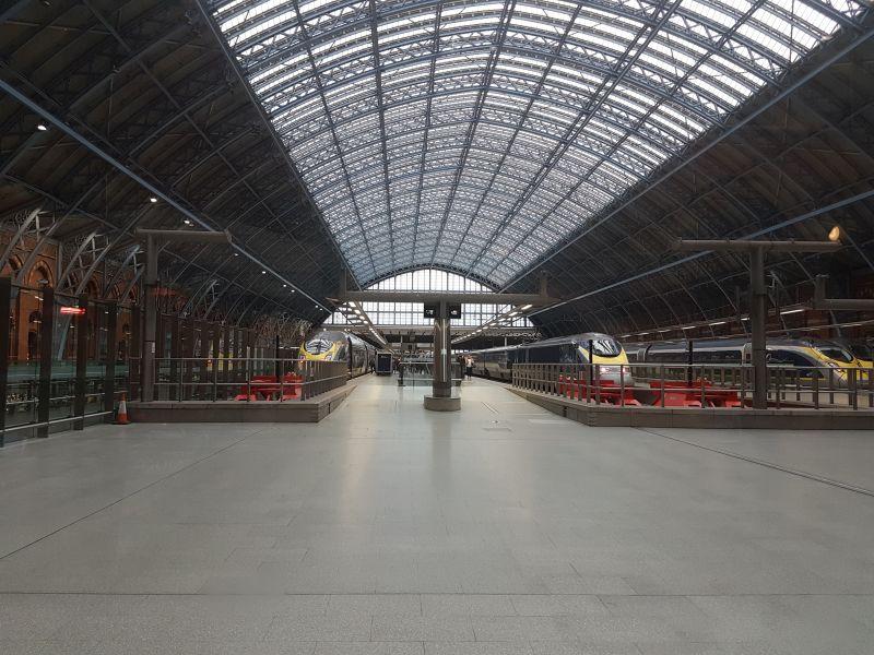 Eurostar-Zügen im Bahnhof London St. Pancras