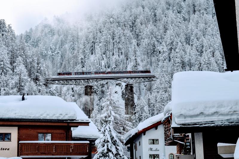 Gornergratbahn auf der Findelbachbrücke