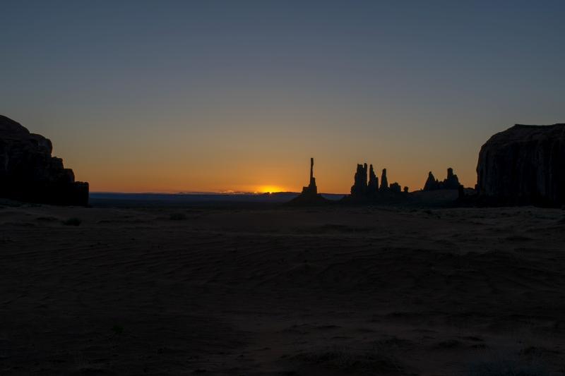 Totem Pole und Yei Bi Chei bei Sonnenaufgang