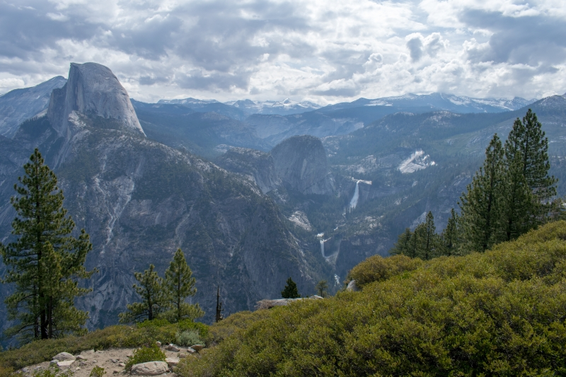 Glacier Point: Links der Half Dome, in der Mitte die Nevada Falls und die Vernal Falls