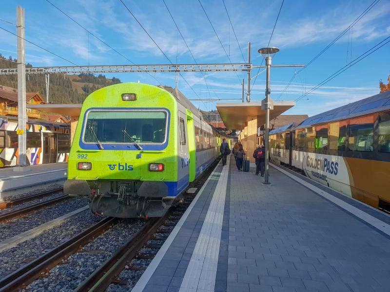 BLS Regio Express nach Spiez neben dem MOB Panoramazug von Montreux