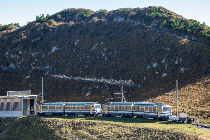 Zahnradbahn auf den Rochers-de-Naye unterhalb der Bergstation