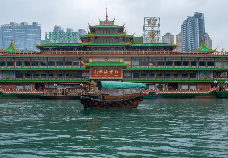 Ein motorisierter Sampan vor dem Jumbo Floating Restaurant