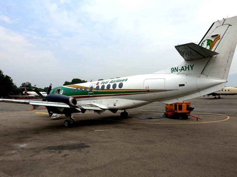 Flughafen Kathmandu (so nah waren wir dem Flugzeug, als der Flug abgesagt wurde)