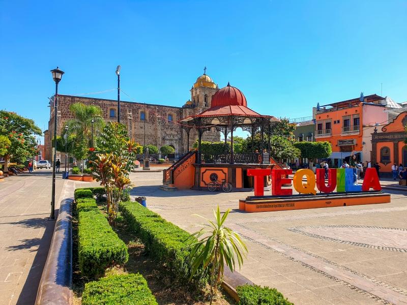 Stadtzentrum von Tequila, im Hintergrund die Kirche Parroquia Santiago Apostol