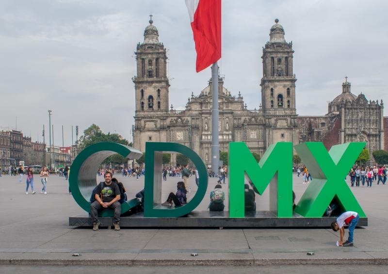 Plaza de la Constitución, im Hintergrund die Kathedrale von Mexico City